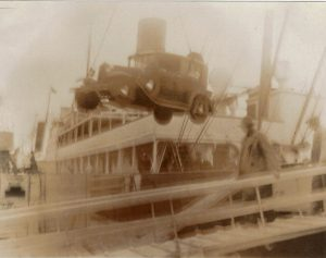 Vanaf de veerboot Helsingör-Helsingborg wordt de Ford van boord getakeld